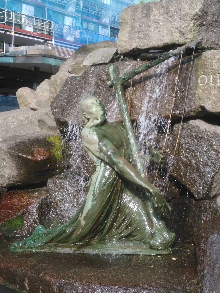 OK, vous m'avez eu, ça c'était sur le chemin de l'aller. C'est une fontaine, à une rue d'écart de mon chemin habituel, où on voit le violoniste Ole Bornemann Bull (né à Bergen, quel hasard extraordinaire !), surplombant Bragi (ou tout du moins, la statue que j'ai identifiée comme telle), le Dieu de la Poésie... Et aussi mari d'Idunn, la déesse dont le panier continuent les fameuses pommes source de la jeunesse éternelle des Dieux... Bon, je vais m'arrêter là, j'en aurais déjà beaucoup à dire à ce sujet. Bref, mettre le violoniste surplombant ainsi Bragi, ça montre quand même que le gars est tenu en très haute estime ici !
