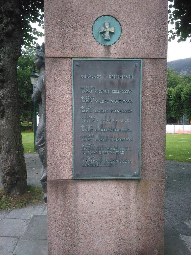 Sont aussi visibles un monument qui a l'air dédié aux rois qui ont dirigé Bergen (et probablement la Norvège, la ville ayant longtemps été sa capitale durant une partie de la période médiévale), ainsi qu'une statue du roi Haakon VII qui surveille le fjord. Et enfin des canons. N'oubliez pas de faire défiler les images !