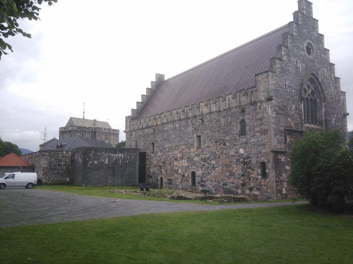 """Et, de l'autre côté, on trouve par exemple la """"Bergenhus Fortress"""". Photos depuis l'extérieur et l'intérieur de la cour."""