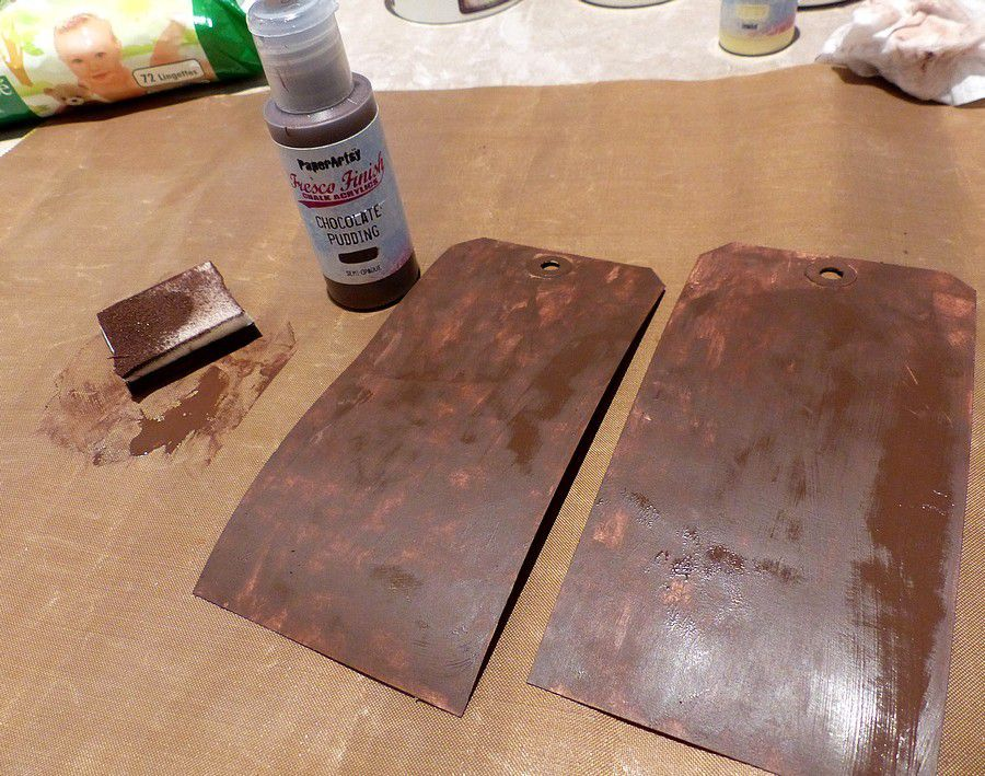 "J'ai peint mes deux tags avec de la Fresco Finish Chalk acrylics ""chocolate pudding"""