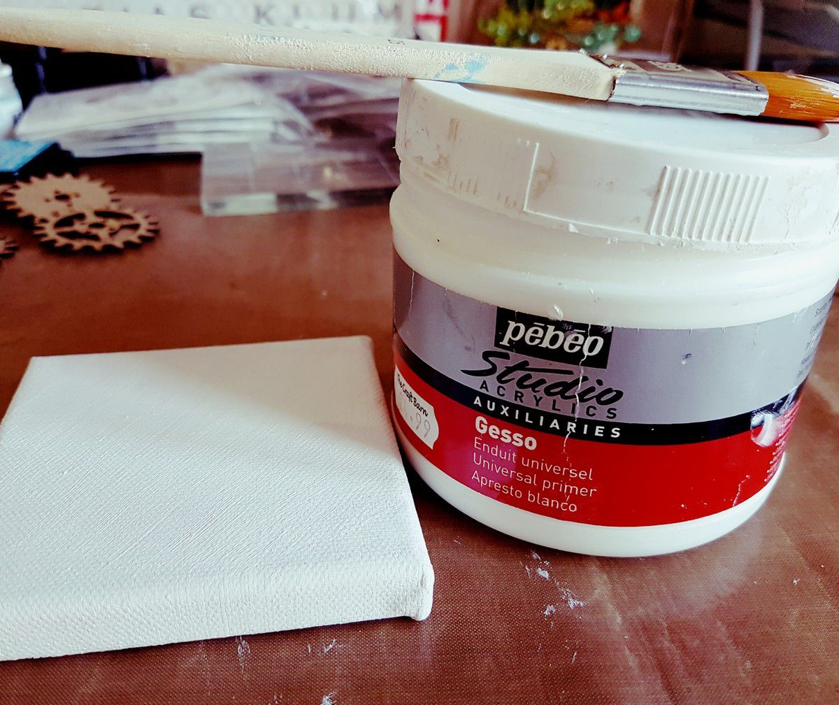 Une couche de gesso sur le canvas/ a layer of gesso on the canvas