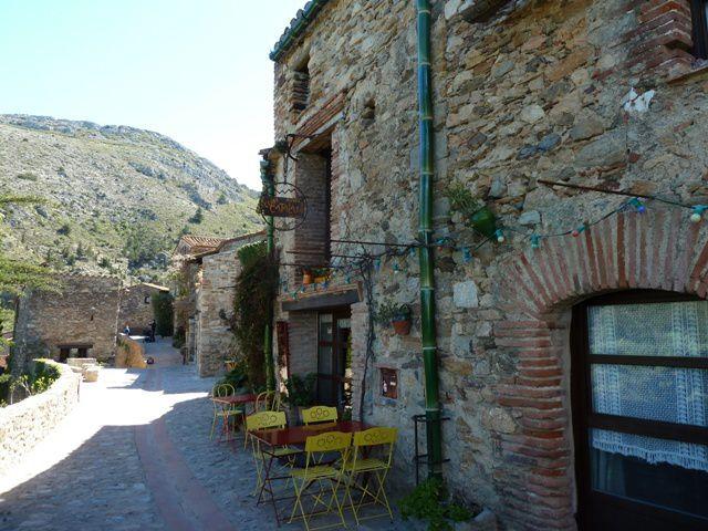 Pyrénées Orientales : Castelnou, un des Plus Beaux Villages de France.