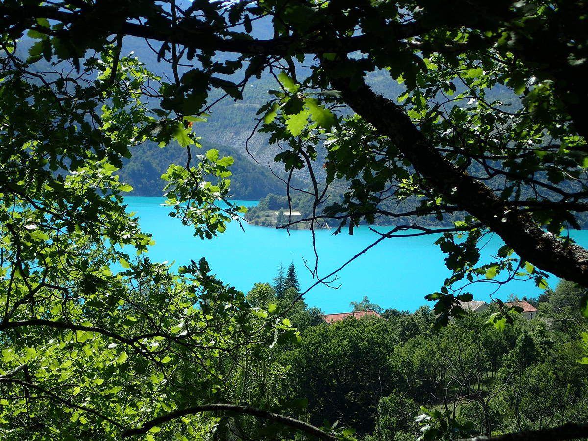 descente du col de Saint Barnabé de Soleilhas - vue détaillée du lac de Castillon