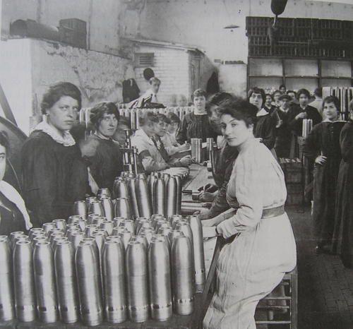 """2) Les femmes remplacent dans les usines et les campagnes, les hommes partis au front. Dans les usines à munitions on les a surnommées les """"munitionettes"""""""