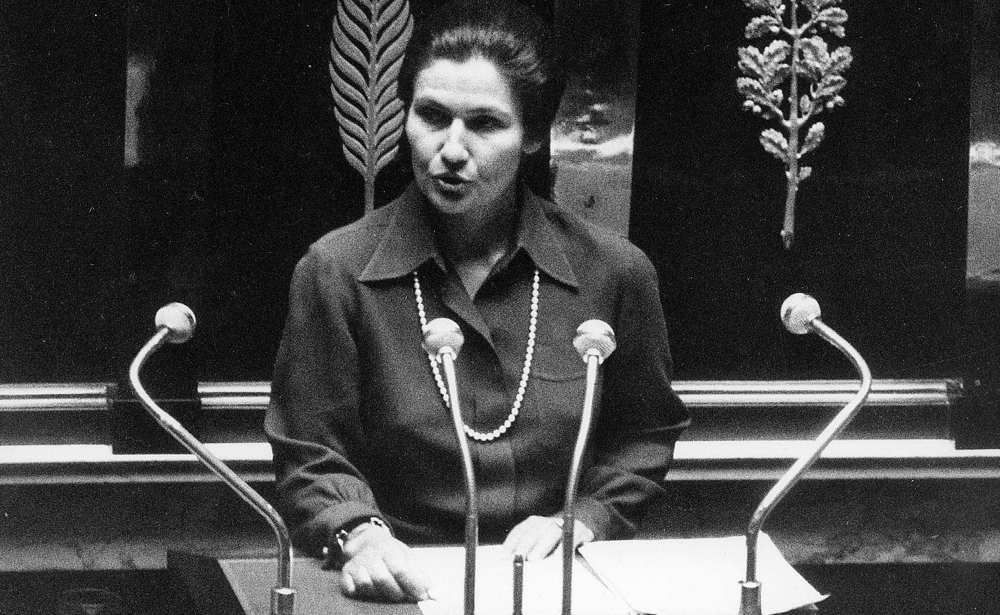 Simone Veil défendant son texte de loi à l'Assemblée pour autoriser l'avortement (l'IVG) le 26 novembre 1974.