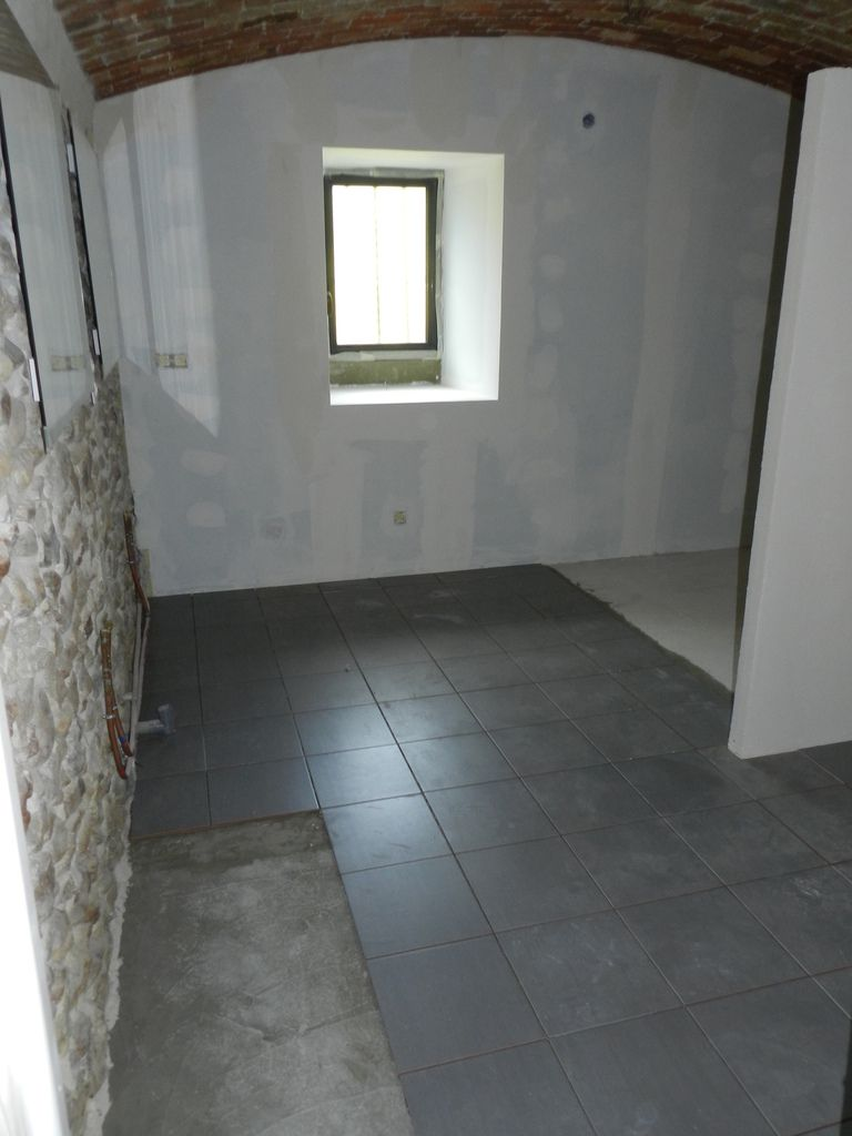 R cit d 39 une r novation r novation d 39 une vieille maison de village et am nagement de sa grange for Pose de carrelage salle de bain