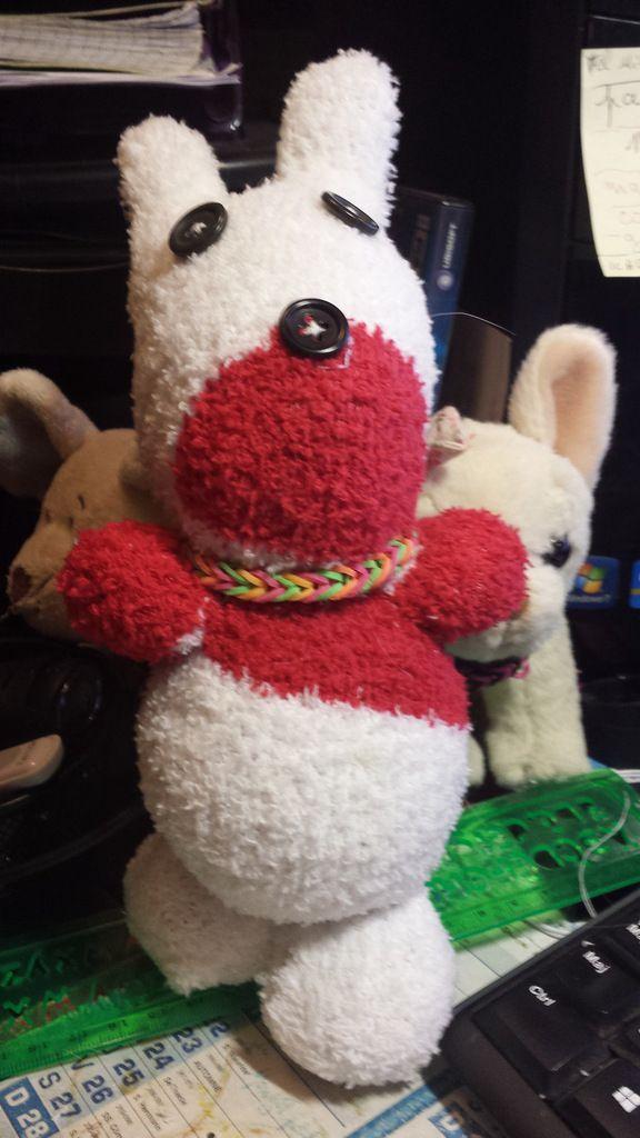 10 lapins fait avec des chaussettes + fils+ aiguille (très facile)+le rouge et blanc c'est un chien que j'ai fais lol
