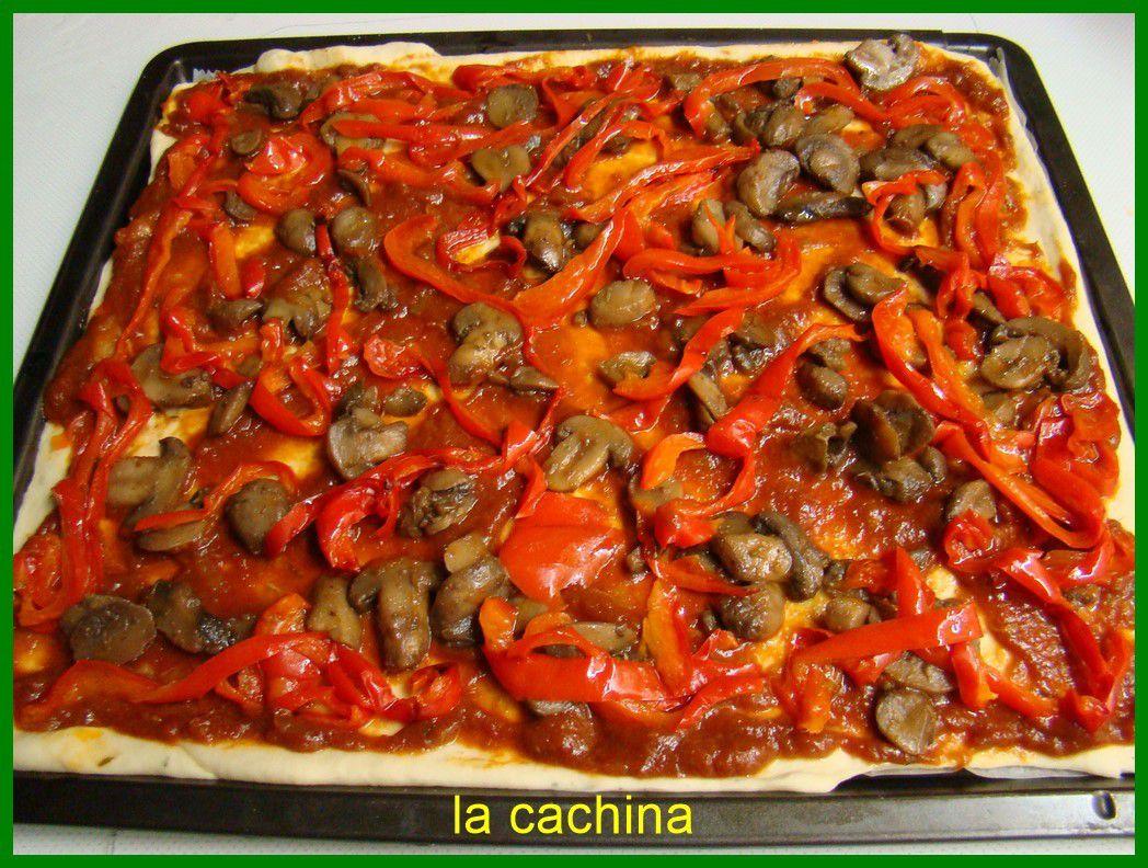 Pizza  aux poivrons rouges , courgettes , oignons