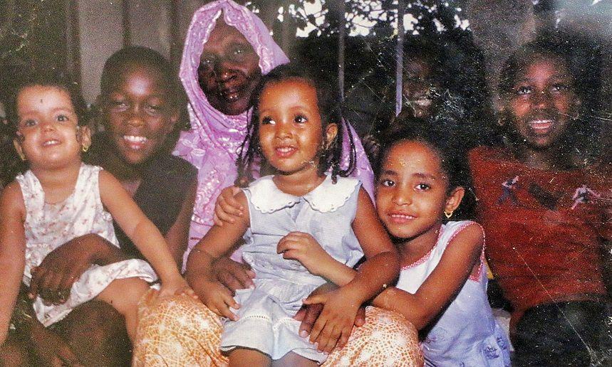Feue Mariam Diallo, entourée de ses enfants orphelins. Crédit : Institut Mariam Diallo/DR