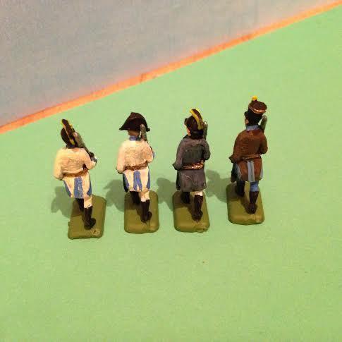 Sur la première image, de gauche à droite : officiers classiques et en veste (Wagram se déroule début juillet, je me demande donc si elle était vraiment portée).Puis régiment des frontières Wallacho-Illyrien n° 13. A Wagram toutes ces troupes font partie de l'avant garde du général Nordmann.