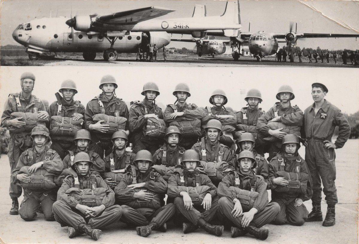 Une section de parachutistes du 1er RPIMA. Mon frère est le 2e assis à partir de la droite.