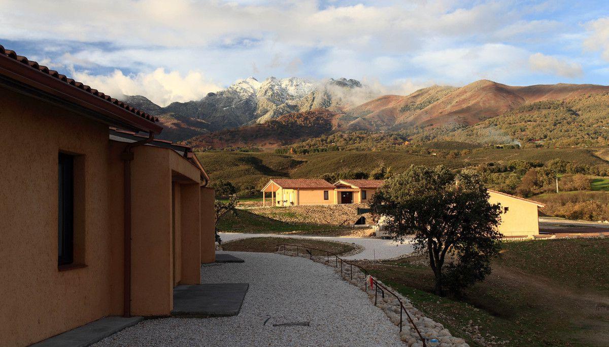 Le centre Vipassana et vue sur l'Almanzor / Центр Випассана и вид на гору Альмансор