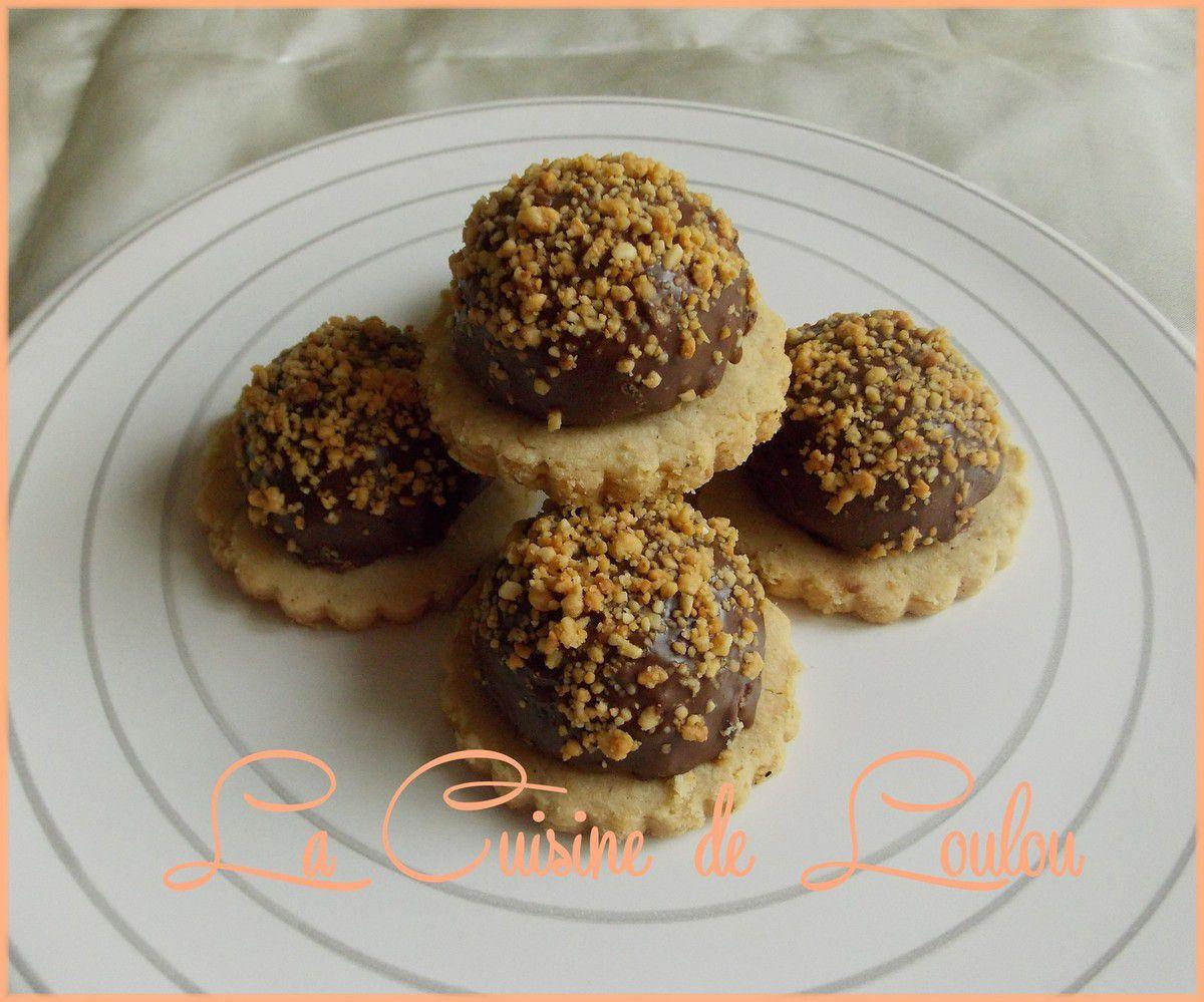Dômes cacahuètes et chocolat sur sablés amandes