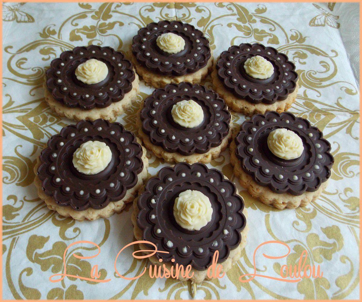 Sablés aux noix de cajou avec fleurs en chocolats