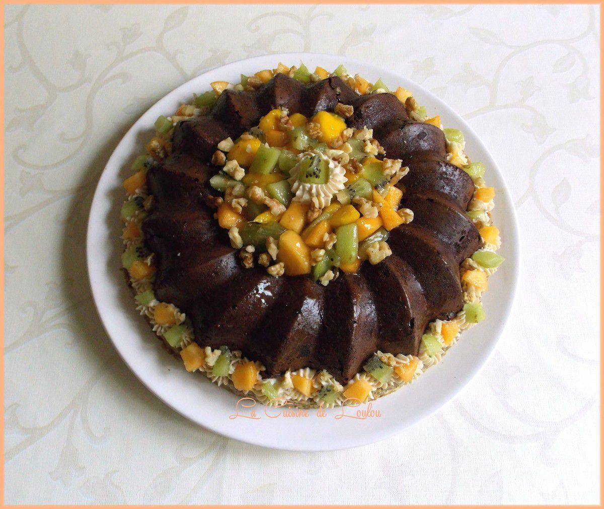 Couronne fondante courgette-chocolat aux fruits exotiques