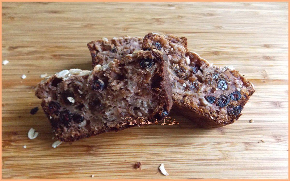 Cake à l'aronia, grenade et raisins secs