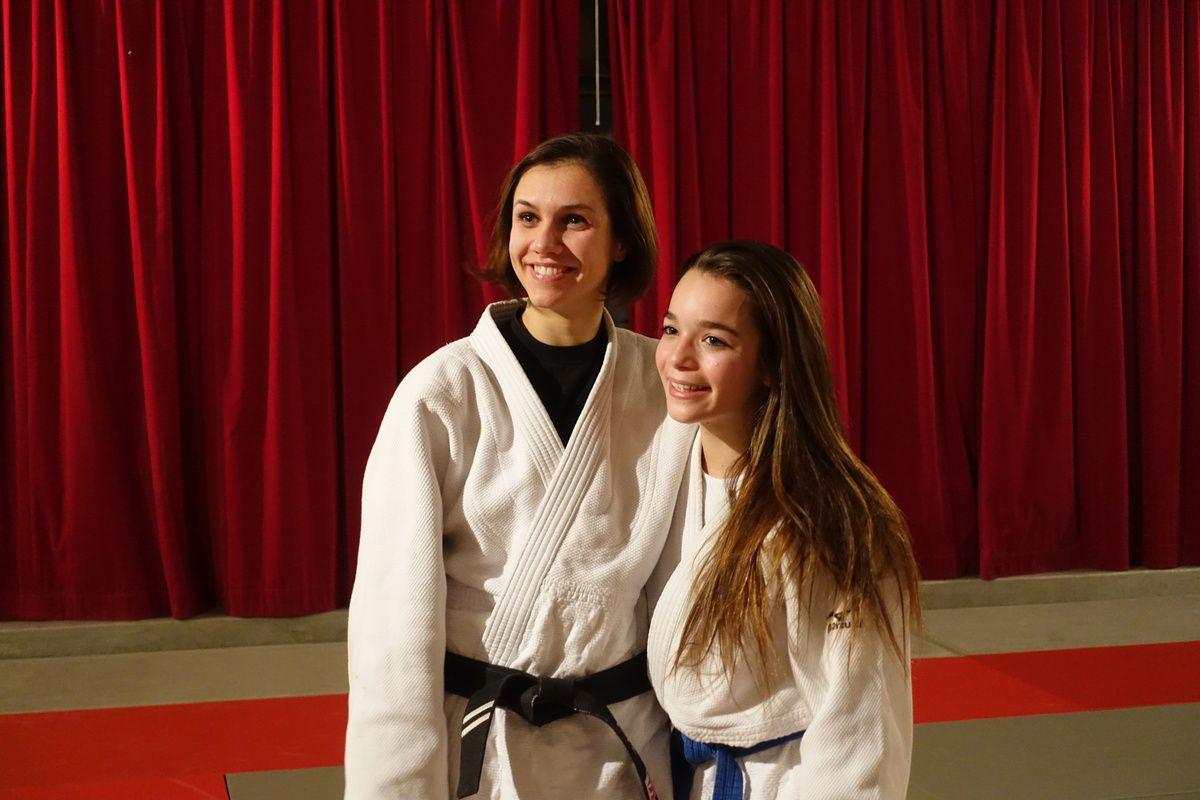 Eva avec la cadette de la famille, sa petite cousine, Lory, ceinture bleue.