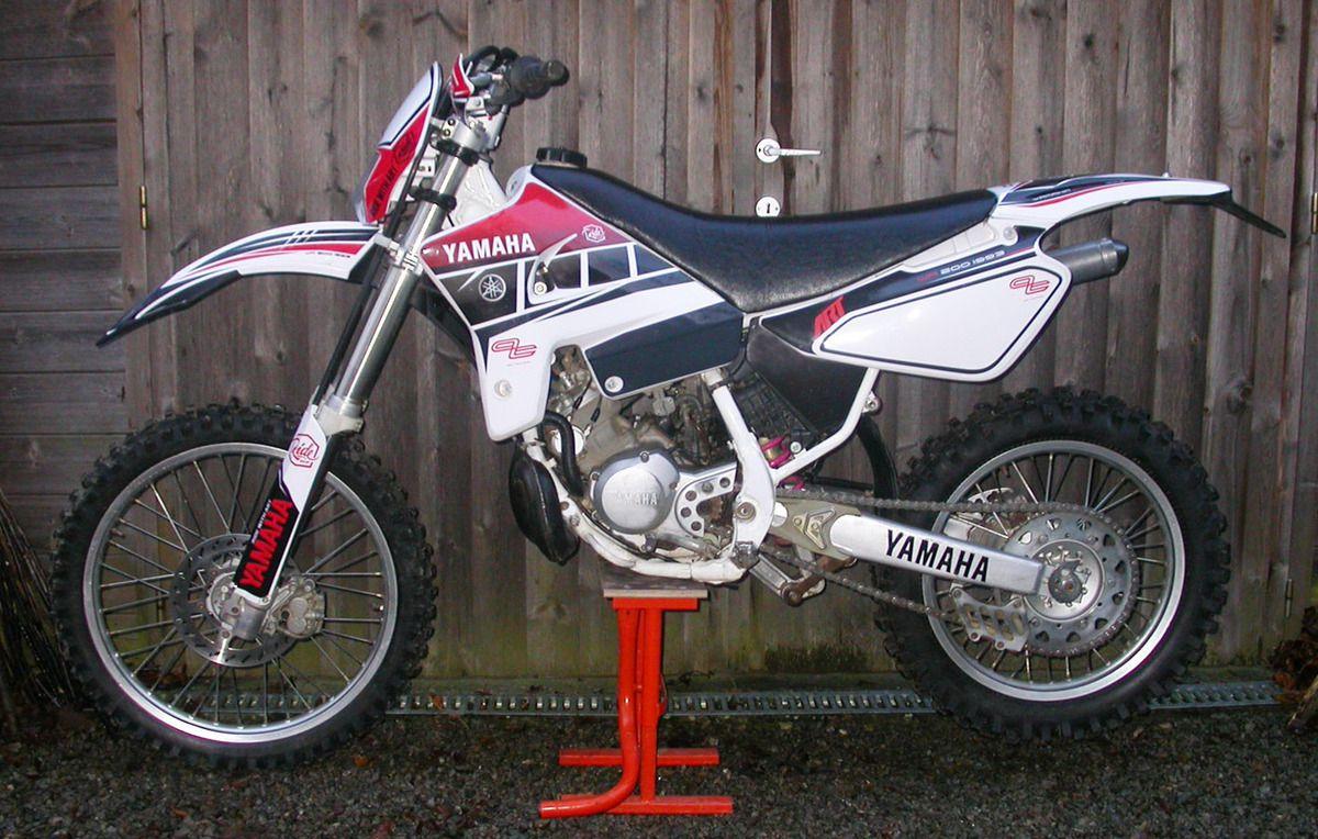 Yamaha WR 200 avec garde boue ACERBIS et plaque phare UFO. Pour ses 22 ans, on va lui refaire les suspensions...
