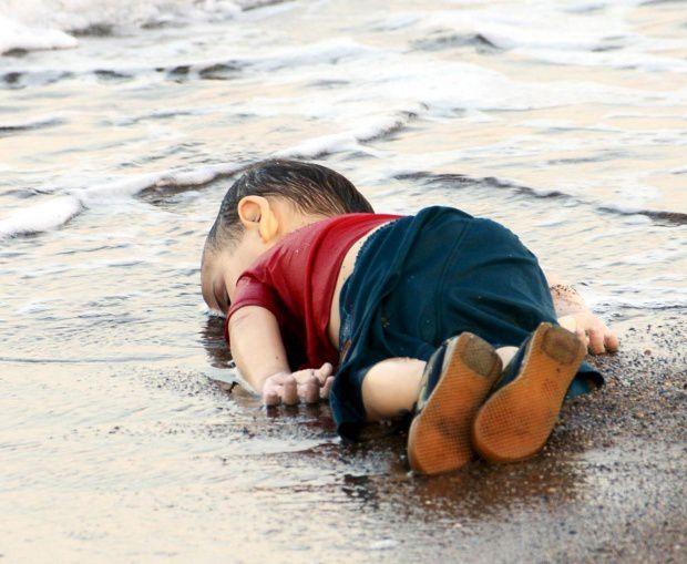 Ne détournons pas les yeux, agissons ! Drame des migrants : le monde en émoi après le cliché de la honte.