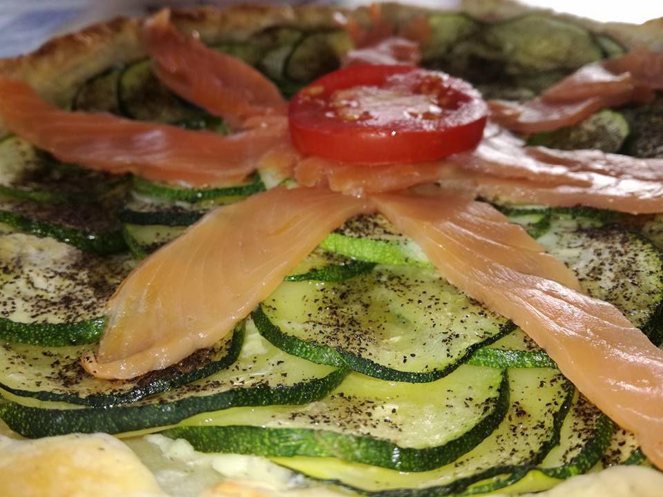 tarte fine aux courgettes , boursin, saumon fumé