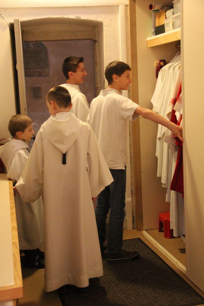 Eglise de Villars, dans les coulisses avec les Servants de messe.