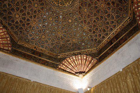 Seule entorse au mobilier renaissance, le salon oriental et son plafond hispano-mauresque
