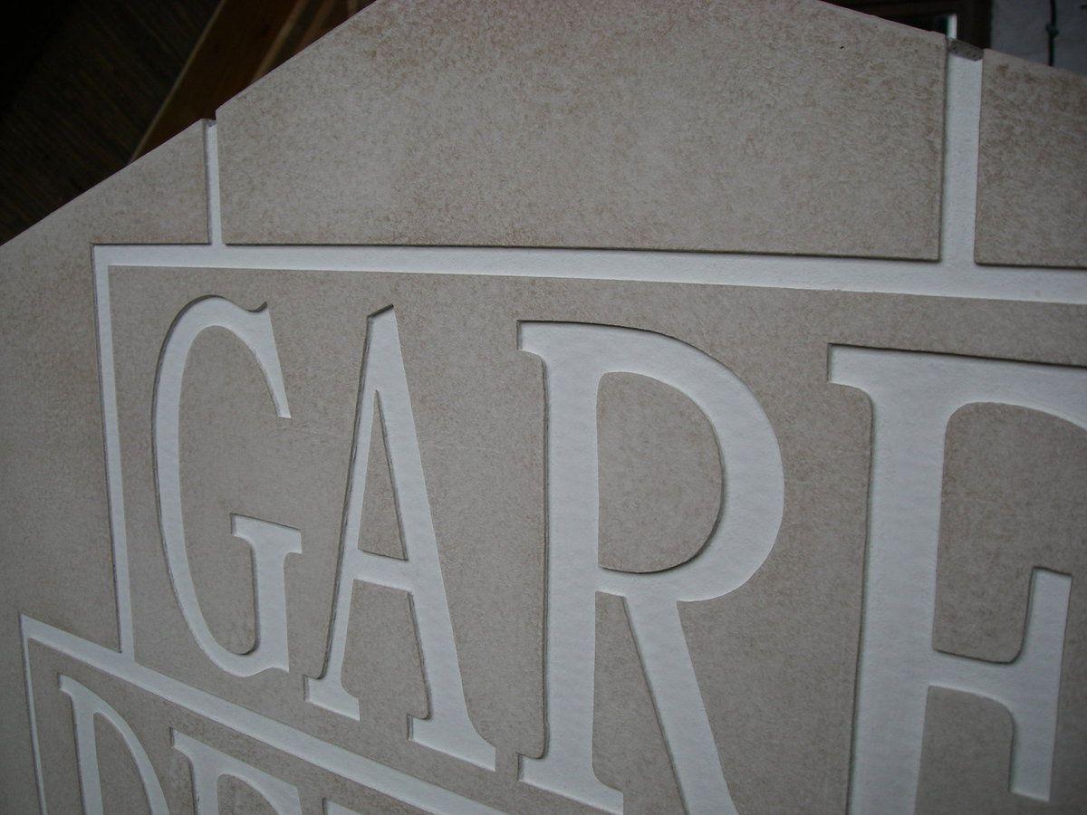 Fausse pierre gravée en carton recyclé