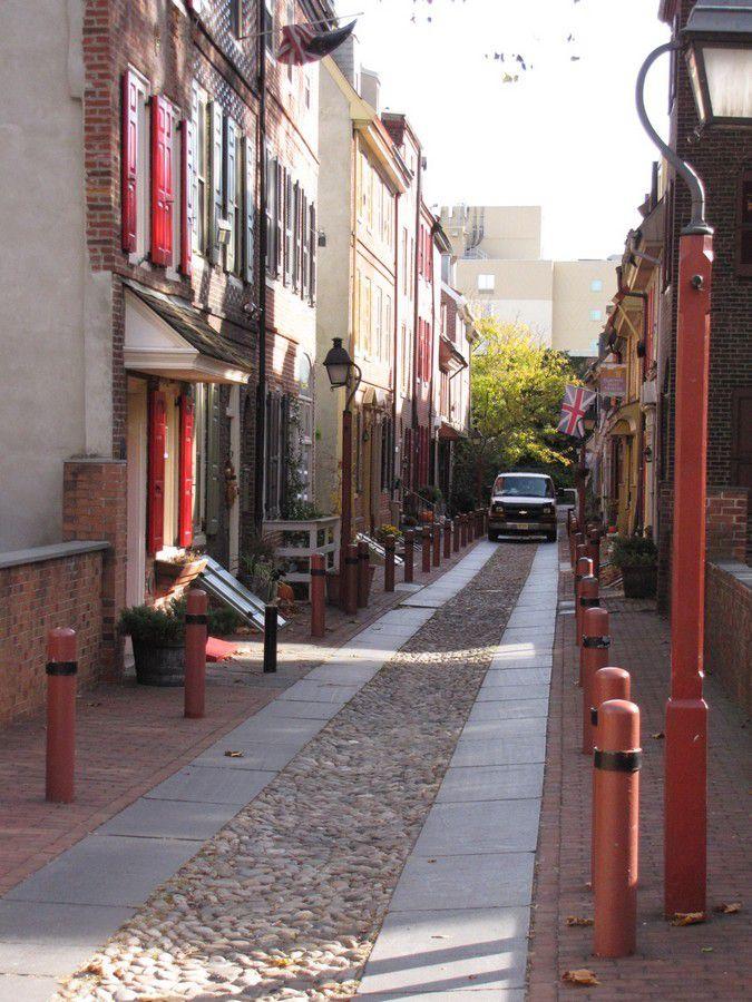 Elfreth's alley : minuscule allée pavée qui serait la plus ancienne rue des Etats-Unis occcupée sans interruption