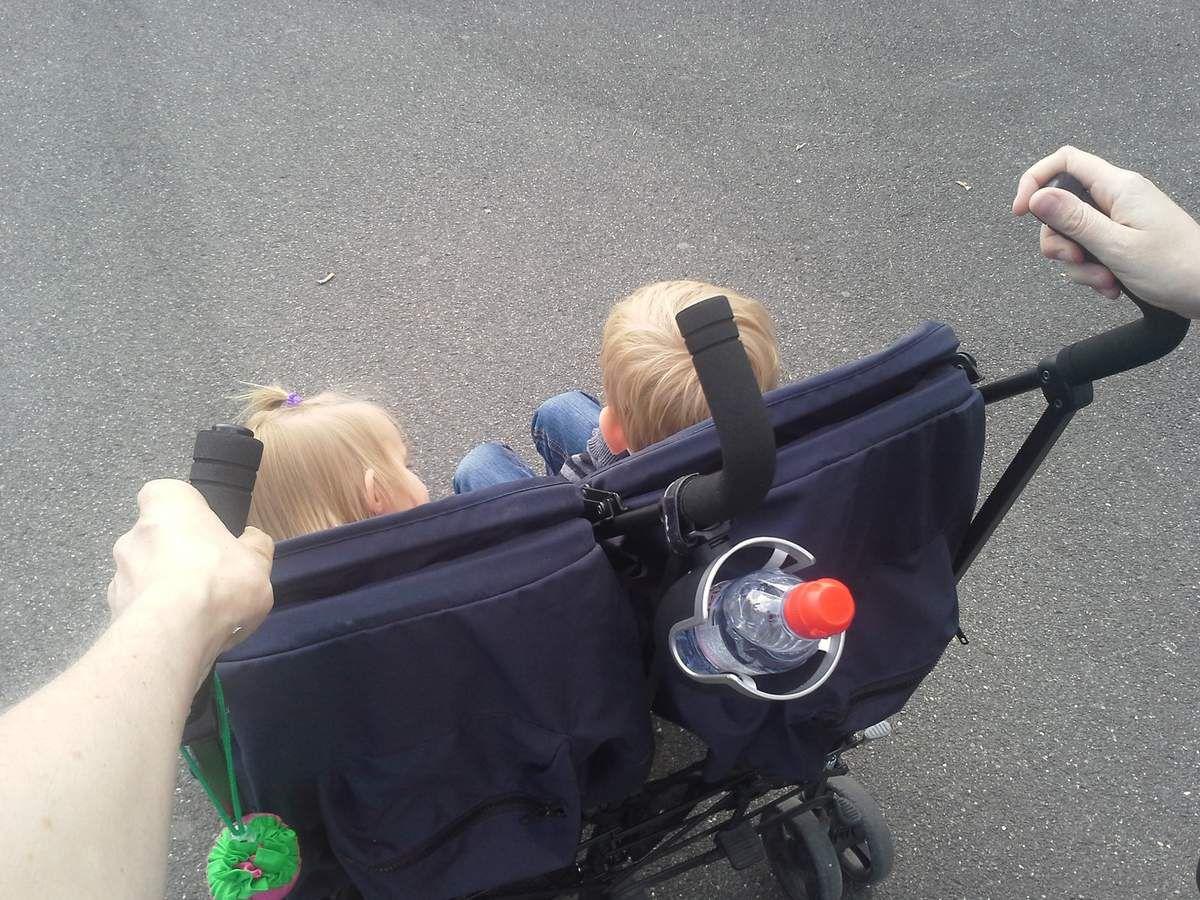 Les enfants, à bord de leur poussette double préférée !
