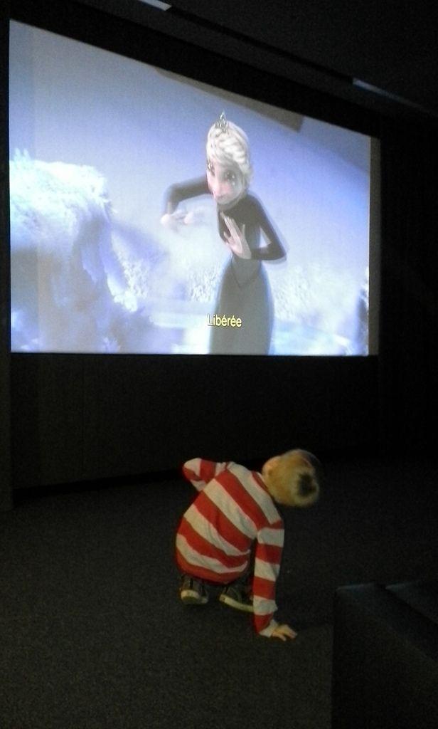 """Léon a grandement profité de la salle de cinéma aussi. L'occasion d'écouter les fillettes chanter """"Libéréééééée Délivréééééée"""" d'Anaïs Delva (lui, il préférait danser^^) et de visionner quelques épisodes de Princesse Sofia :-)"""