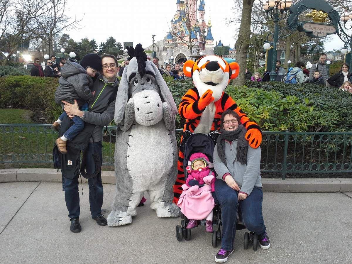 Celles et ceux qui suivent la #FamilleOnline depuis un moment savent que nous allons souvent au parc Disneyland. Pourquoi seulement une 8e place ? Parce que Disney et sa magie, c'est bien. Mais payer aussi cher pour de la magie, pour rencontrer des personnages et fire des attractions au bout d'une heure voire plus... c'est dur pour des enfants en bas âge. Mais vous vous en doutez... on y retournera (cet automne même^^).