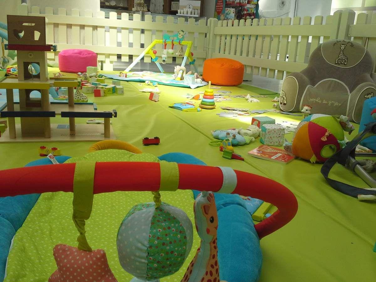 LE JEU : la salle de jeu propose un grand espace récréatif où petits et grands peuvent s'éveiller et s'amuser.