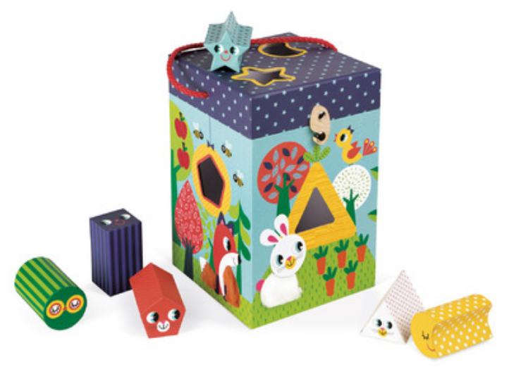 BOÎTE FORMES & MATIÈRES JARDIN - 6 cubes de formes différentes à encastrer ! Âge : 12-36 mois. Prix public conseillé : 19,99€.