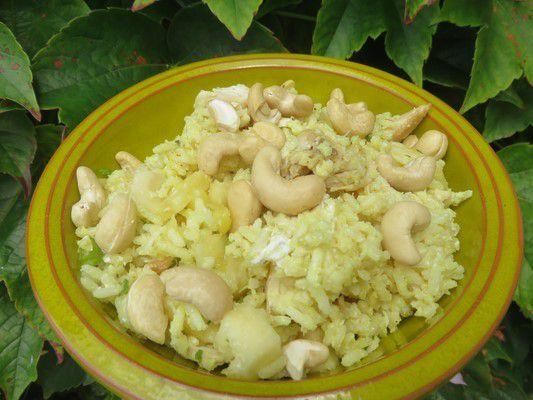 Salade de riz, poulet, coco et ananas
