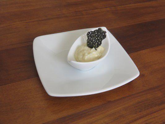 Crème d'ail et tuiles de dentelles noires