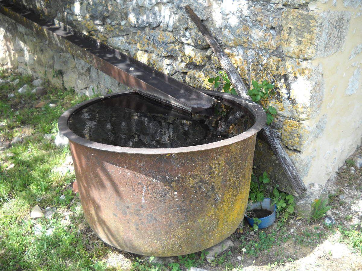 """Une """"peyrolle"""", vaste récipient en fonte dont l'usage est celui d'un collecteur d'eau de pluie et d'un abreuvoir. (Ph.B.S.)"""