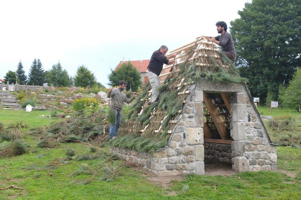 Type de bâtiment vernaculaire dans le Velay en Auvergne avec couverture en genêts. Pratique mise en oeuvre par les piqueurs de genêts.