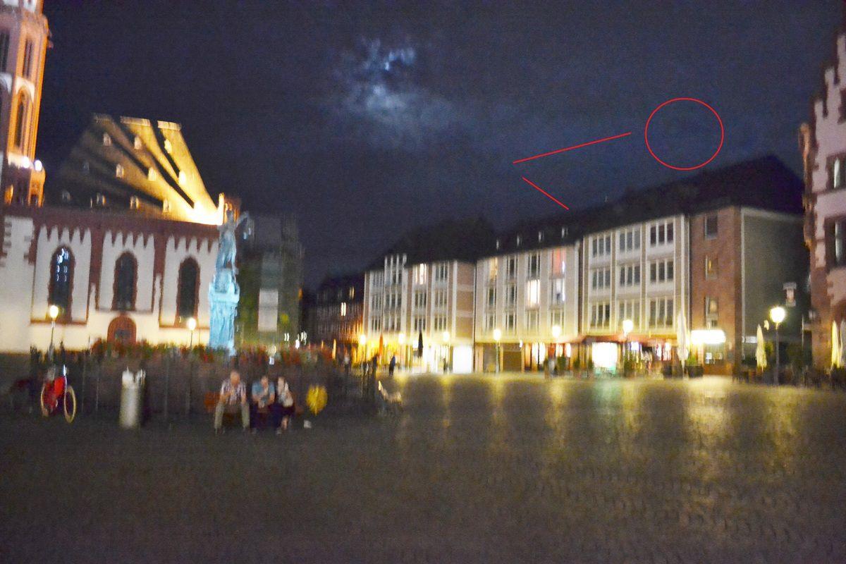 Photo prise quelques secondes après la disparition de l'OVNI avec les trajectoires observées