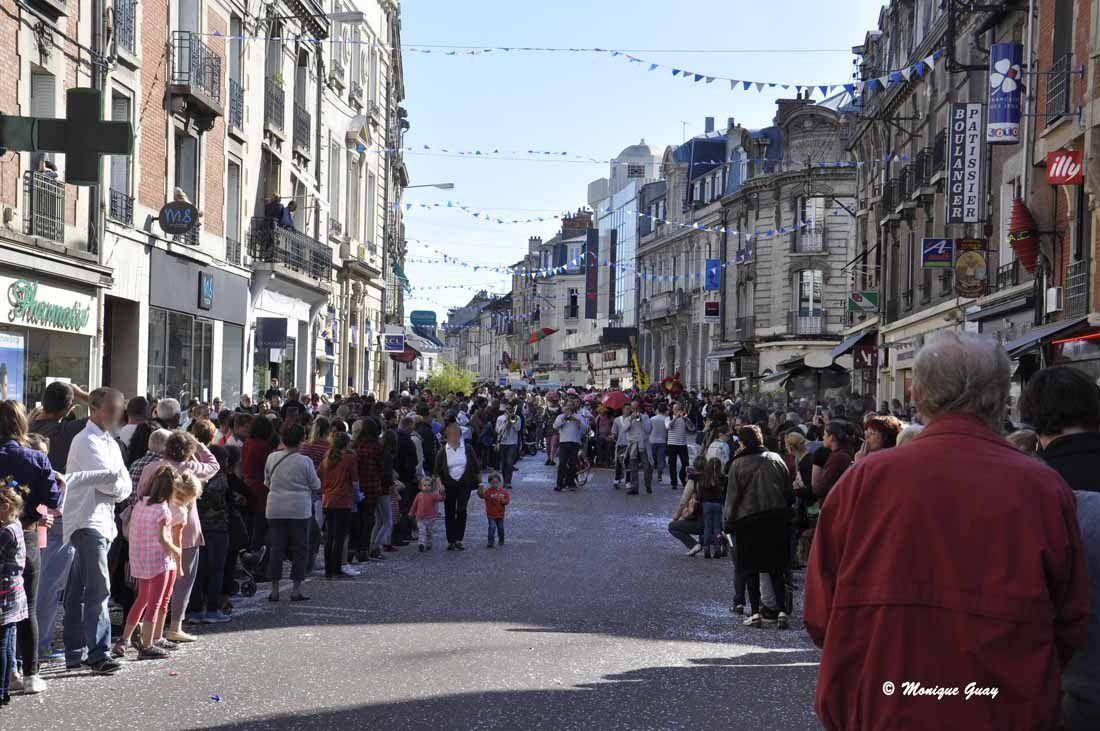 Des milliers de spectateurs massés le long des rues.