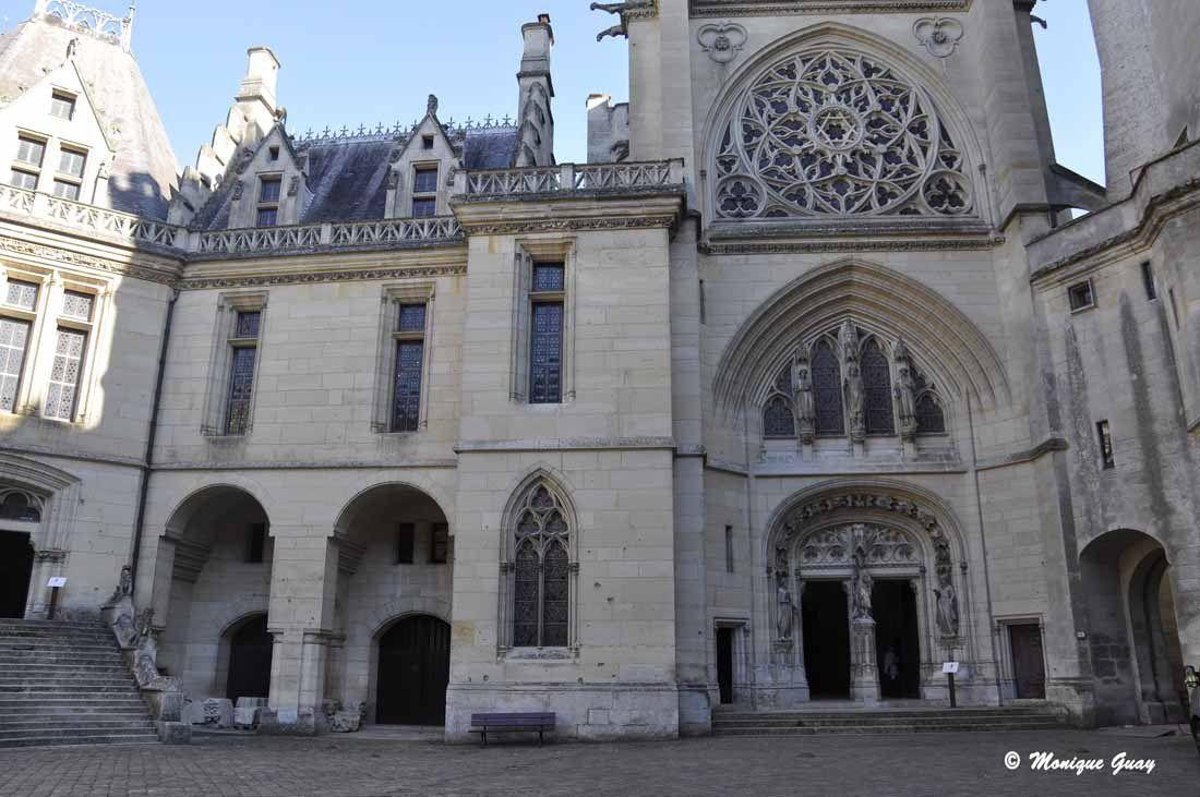 La chapelle Saint Jacques et la tour Judas Maccabée à gauche de l'entrée.