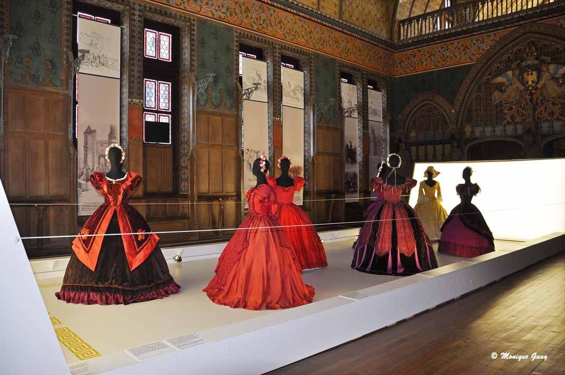 Armures, hennins et crinolines au château de Pierrefonds.
