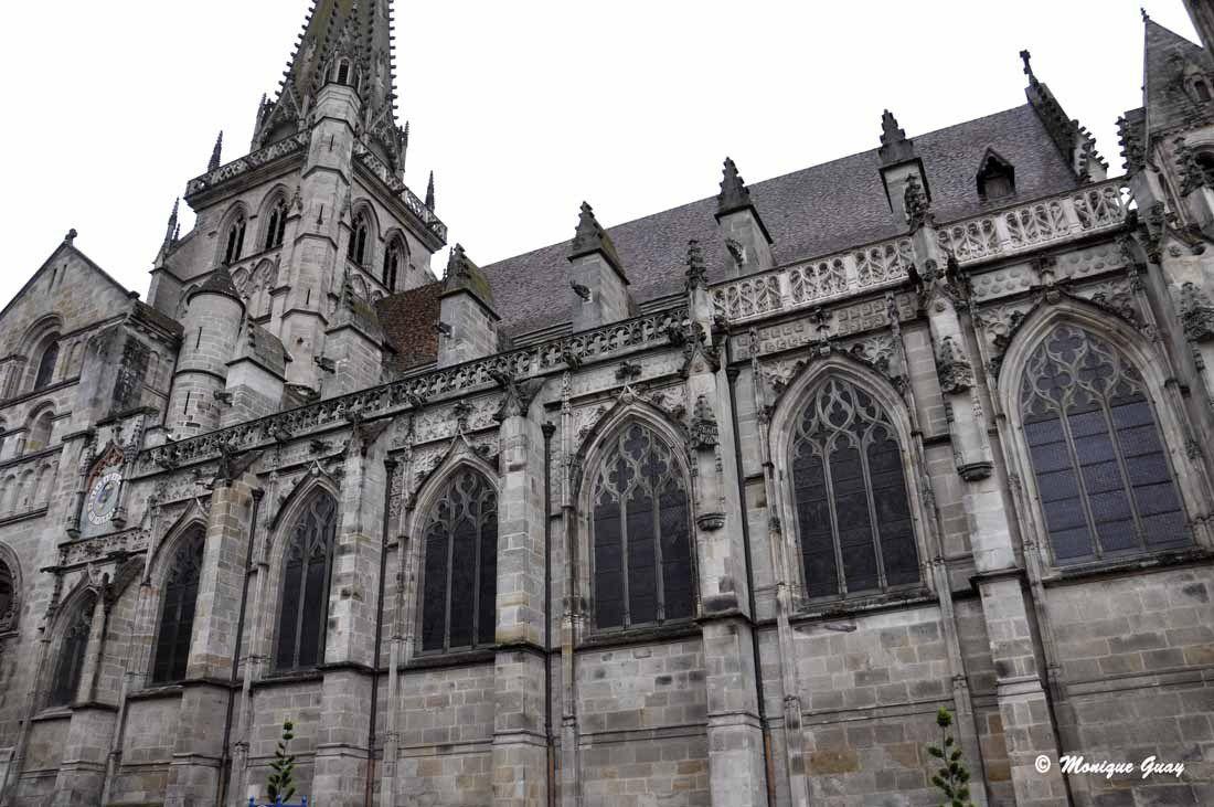 La cathédrale St Lazare fut construite au XIIème siècle.