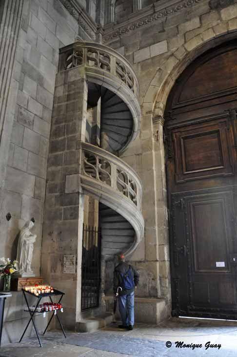 Daniel a l'air d'être intrigué par cet escalier qui n'aboutit nulle part.