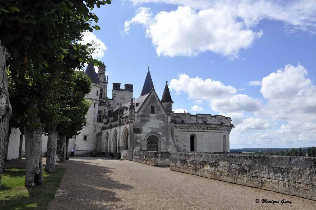 De cette Tour des Minimes à droite, la vue plonge sur la Loire en contre-bas.