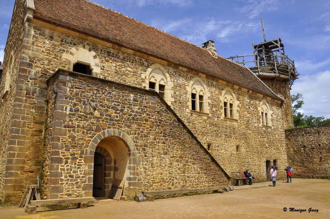 Le logis seigneurial possède deux niveaux. 24 m de longueur sur 6,80 m de largeur.