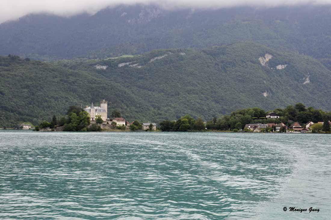 On tourne avec le bateau sans aller dans cette réserve du petit lac pour ne pas déranger cet espace préservé.