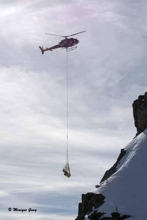 Au bout, un bruit venant du ciel: un hélicoptère procédait à un ravitaillement.