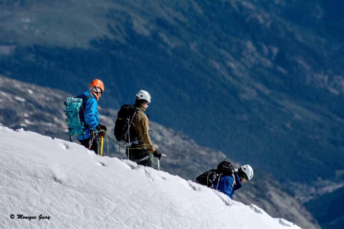 D'autres alpinistes s'aventurent dans la partie fort en pente.