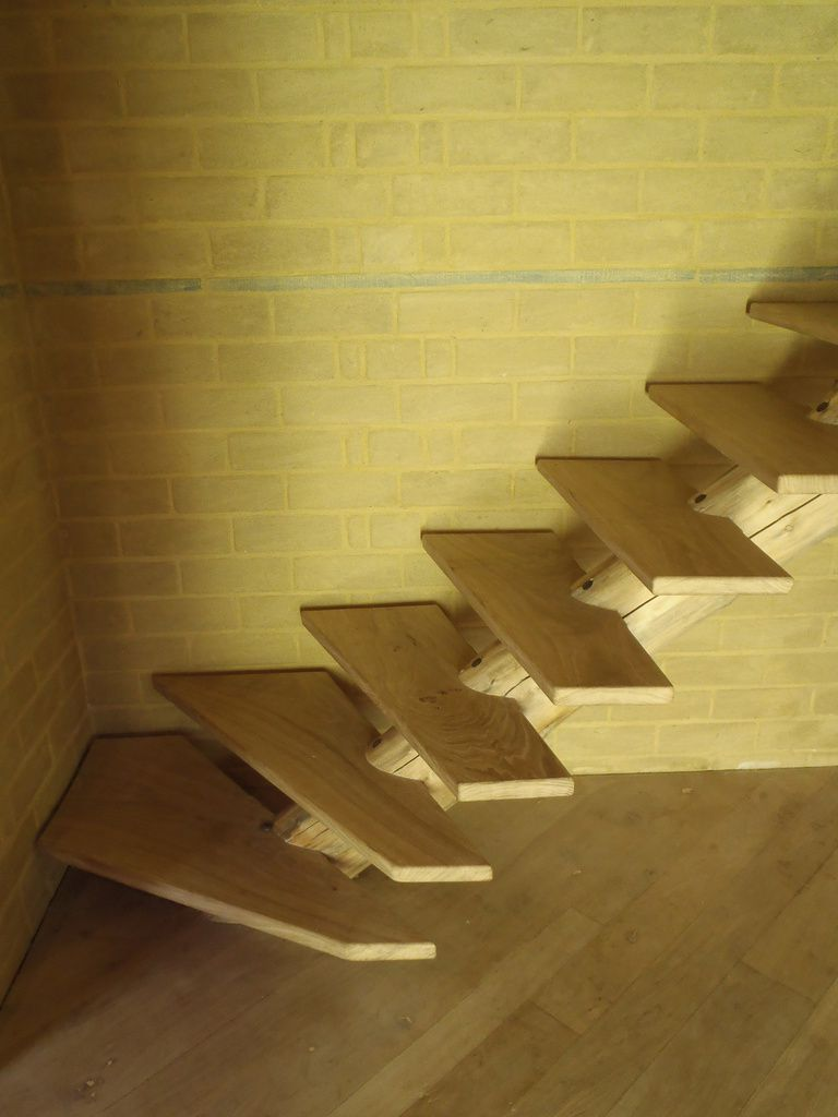 Une maison ronde en rondins renard for Escalier en rondin interieur
