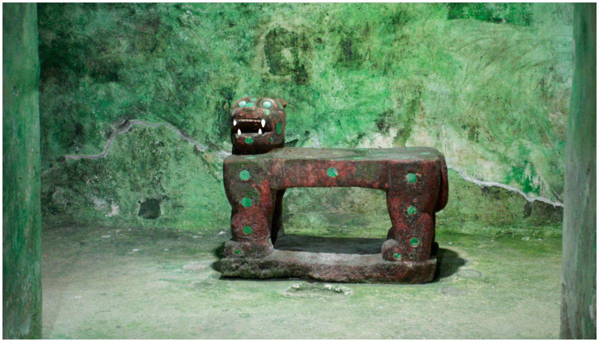 Interieur du temple avec le trône en forme de jaguar